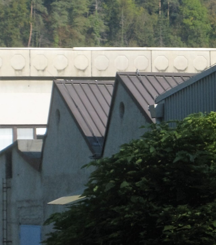 Značilna zgradba tekstilne tovarne – foto: Francka Čuk